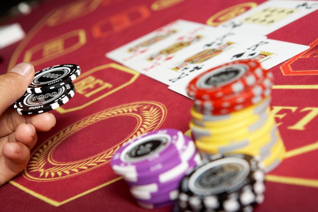 Ставки с побочным банком в покере